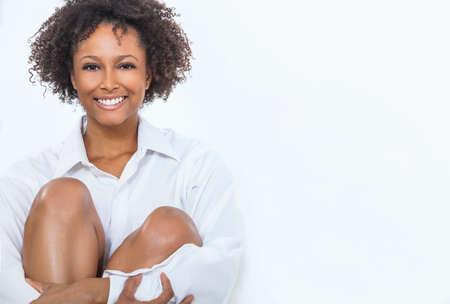modelos negras: Un feliz raza mixta afroamericano niña o mujer joven que llevaba una camisa blanca que sonríe con los dientes perfectos