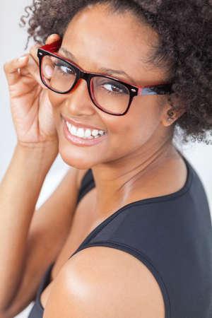 Eine schöne intelligente gemischten Rennen African American Mädchen oder junge Frau sucht glücklich und trägt Geek Glasses Standard-Bild - 32190115