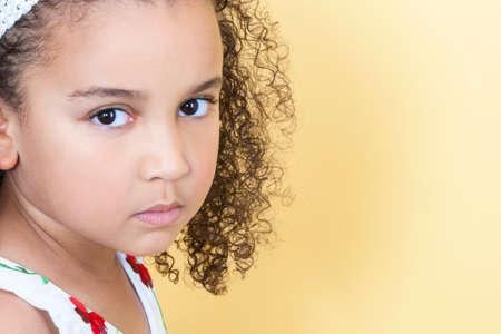 Eine schöne gemischte Abstammung Afroamerikaner weibliches Kind kleines Mädchen suchen traurig und schmollt Standard-Bild