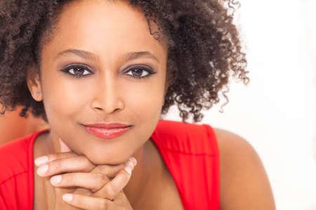caras de emociones: Una hermosa ni�a de raza mixta africano americano o una mujer joven con un vestido rojo que parece feliz y sonriente