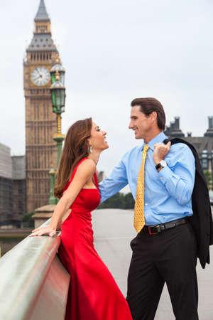 hombre romantico: Una pareja hombre rom�ntica y mujer en el puente de Westminster con Big Ben en el fondo, Londres, Gran Breta�a