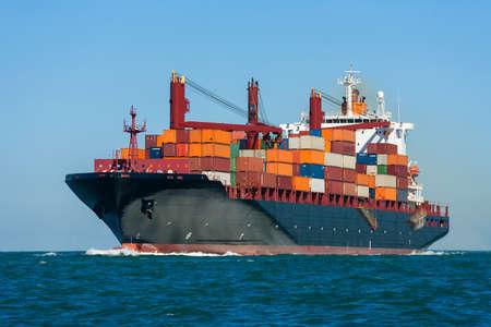 Containerschiff oder Segelboot auf hoher See