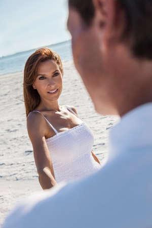 femme romantique: Homme et femme couple romantique dans des vêtements blancs marche ou la danse sur une plage déserte tropicale