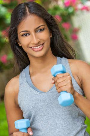 mujer sola: Joven y bella mujer asi�tica india o ni�a corriendo ejercicio con pesas al aire libre en sol de verano con los dientes perfectos y el pelo largo
