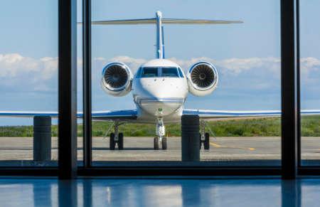 chorro: Aeroplano privado del jet corporativo o avión estacionado en un aeropuerto Foto de archivo
