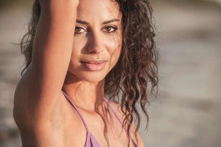 axila: Retrato de una mujer atractiva joven morena de Latina hispana o chica que llevaba un bikini en una playa tropical