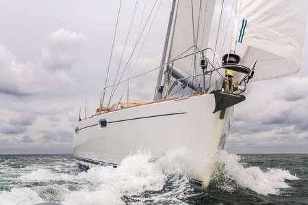 Gros plan du bateau à voile, bateau à voile ou yacht en mer