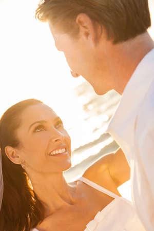 Ein verheiratetes Paar, Braut und Bräutigam zusammen im Sonnenuntergang Sonne an einem wunderschönen tropischen Strand
