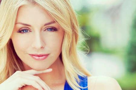 portrait naturellement belle femme dans la vingtaine avec les cheveux et les yeux bleus blonds, abattu à l'extérieur dans la lumière naturelle