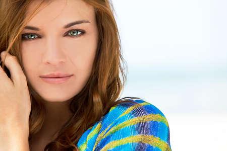 ojos verdes: Retrato de una hermosa mujer joven Morena con impresionantes ojos verdes, disparo fuera en luz natural Foto de archivo