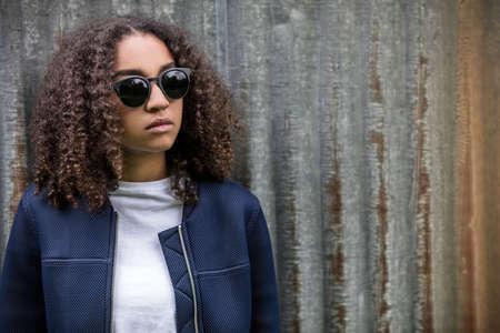 fille triste: Belle race mixte africaine fille adolescent américain femme jeune femme en dehors des lunettes de soleil, regarder, triste ou déprimé réfléchie