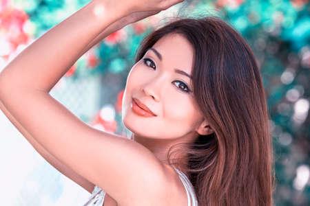 schöne augen: Outdoor-Porträt einer schönen jungen weiblichen asiatischen junge Frau oder ein Mädchen