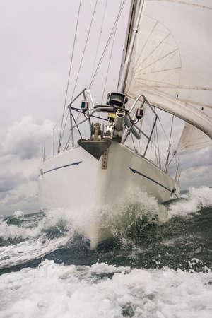 voilier ancien: Gros plan sur la proue d'un bateau à voile ou de rupture de yacht par une vague sur une mer orageuse Banque d'images