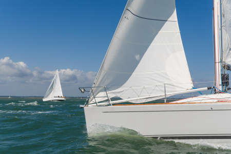 bateau de course: Gros plan du bateau à voile, bateau à voile ou bateau en mer avec un autre bateau blanc en arrière-plan Banque d'images