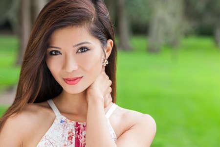 Outdoor portret van een mooie jonge Chinese Aziatische jonge vrouw of meisje in een natuurlijke groene bosrijke omgeving
