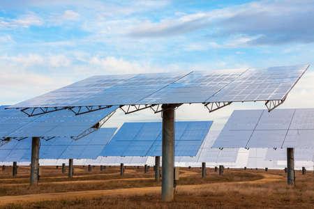 代替グリーン エネルギーを提供するために太陽の光を活用太陽ミラー パネルのフィールド 写真素材
