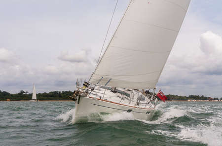 Zwei Segelboote, Segelboot oder Yachten auf See