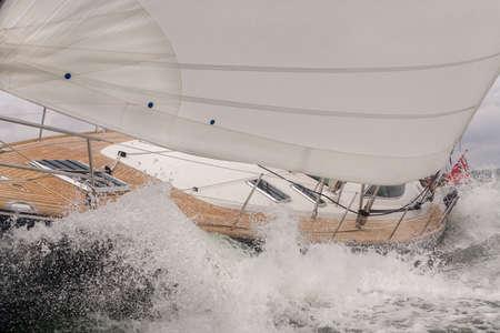 Schließen Sie oben vom Segelboot, vom Segelboot oder von der Yacht, die durch Wellen in einem rauen Meer zusammenstößt Standard-Bild