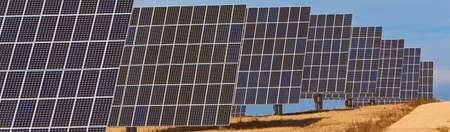 Panoramic web banner of photovoltaic solar panels providing alternative green energy Banque d'images - 116082176