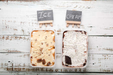 Delicious ice cream desserts with various topping. Standard-Bild - 140646755