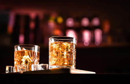 Whiskey Drinks with ice in a lounge bar Standard-Bild