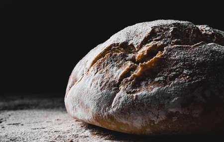 pan casero oscuro espolvoreado con harina