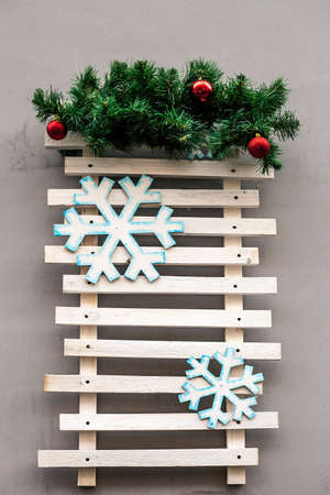 Wooden plank board with fir branches on house wall. Empty Christmas wooden background Фото со стока - 118114925