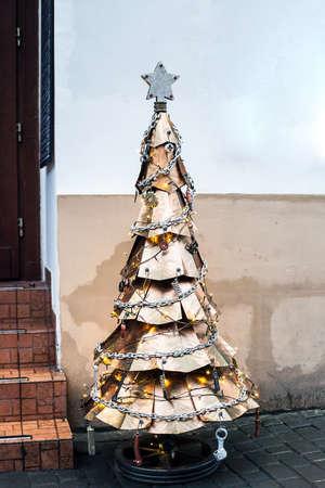 Metal Steampunk Christmas Tree at city street Фото со стока - 118114927