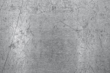 Fondo de chapa de acero desgastada, textura de metal ligero con arañazos y abolladuras Foto de archivo