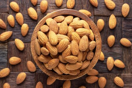 almond nuts peeled raw in bowl on wooden table background. 免版税图像