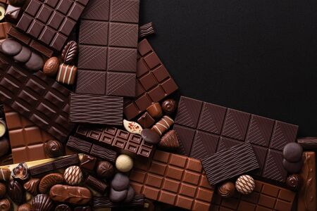 pile chocolate bars and candies background, sweet confection for dessert. 免版税图像