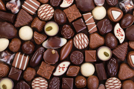 Chocolate candies background, sweet food with various fillings. Standard-Bild