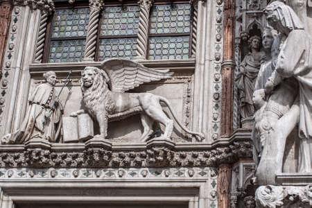 leon con alas: Le�n alado, s�mbolo de la ciudad, con el dux, en Ducal. Venecia, Italia