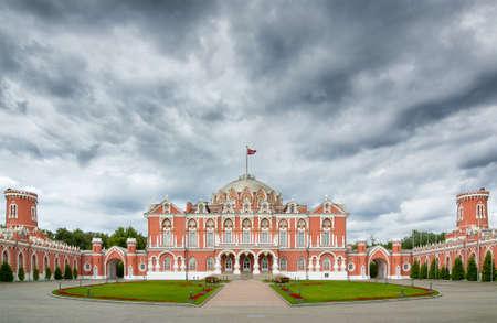 palacio ruso: Petroff Palace es una joya de la arquitectura rusa, situada en el centro de la ciudad moderna de Moscú. Construido en estilo neogótico en el siglo 18. Hoy en día el palacio es el Hotel y Centro de Negocios. Editorial