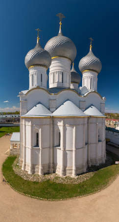 yaroslavl: Rostov Kremlin. The Domes of the Church of the Resurrection of Christ and Assumption Cathedral. Rostov, Yaroslavl oblast, Russia. Golden Ring of Russia. It is part of the UNESCO World Heritage Site. Stock Photo