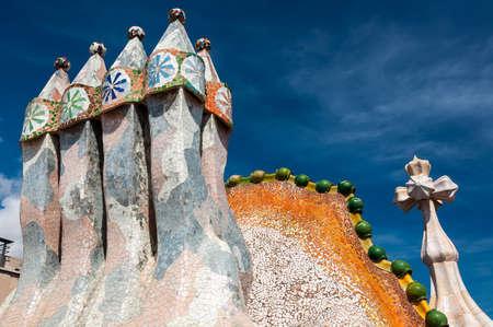 Barcelona - 19. September 2014: Dach des Hauses Casa Batllo - House of Bones von Antoni Gaudi entworfen. Keramische Fliesen und Platten, mit Turm und Birne. Drachen Wirbelsäule Dachbogen. Barcelona, ??Spanien.