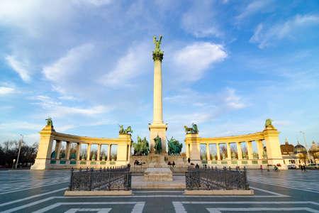 영웅 광장에 밀레니엄 기념탑 - Hosok Tere는 부다페스트, 헝가리의 주요 광장 중 하나입니다.