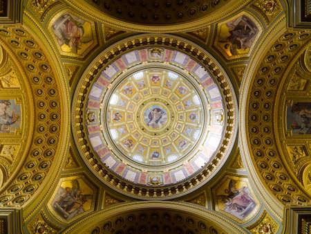 BUDAPEST, HONGRIE - 22 FÉVRIER 2016 : Intérieur de la coupole. Église catholique romaine Basilique Saint-Étienne. Plafond richement décoré avec des peintures murales et des détails dorés. Scènes peintes de la Bible.