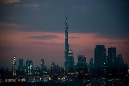 DUBAI - NOVEMBER 15: Dubai skyline with Burj Khaleefa the tallest building over the horizon. 版權商用圖片 - 147831163