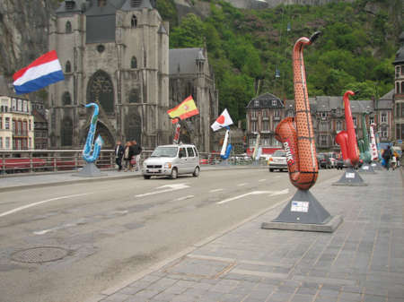 walloon: Dinant is a native city of saxophone