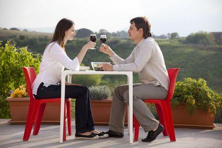 cena romantica: giovane coppia felice aver romantica cena all'aperto