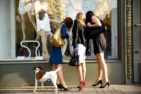 faire les courses: trois femmes � la vitrine