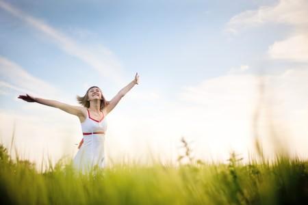 disfrutando de la mujer joven feliz de naturaleza  Foto de archivo