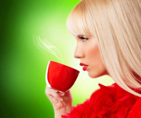 personas tomando cafe: Hermosa mujer joven rubia con caf�