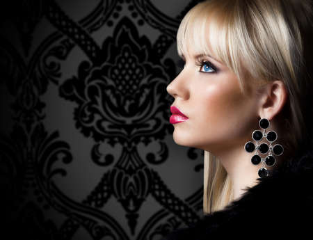 Beautiful blonde young woman in luxury fur coat 版權商用圖片