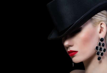 pintalabios: Hermosa chica rubia con labios rojos sobre fondo negro