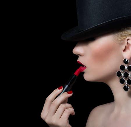 lip shine: Bella ragazza bionda con rossetto rosso su sfondo nero