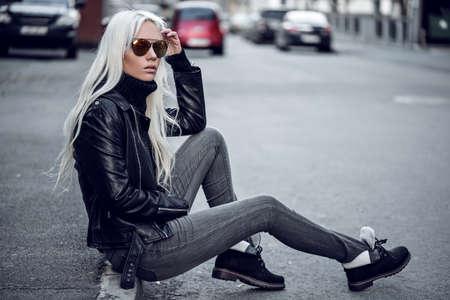 Beautiful blonde model posing outdoors 版權商用圖片