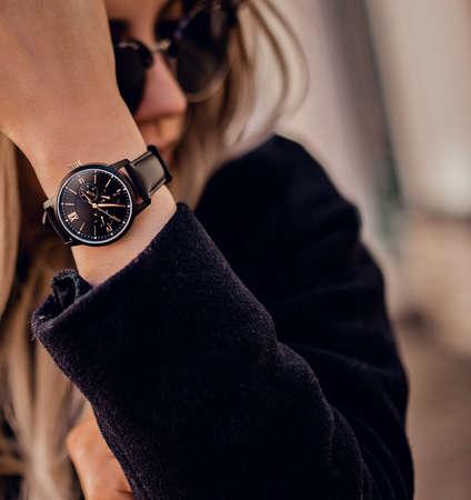 Orologio alla moda sulla mano della donna