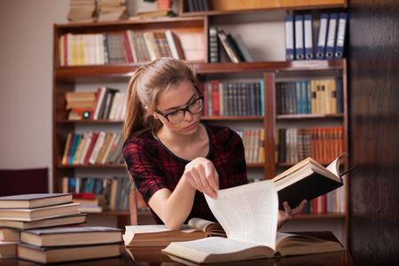 chica se está preparando para el examen lee libros